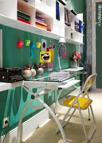 Parede colorida e acessórios para descontrair o ambiente