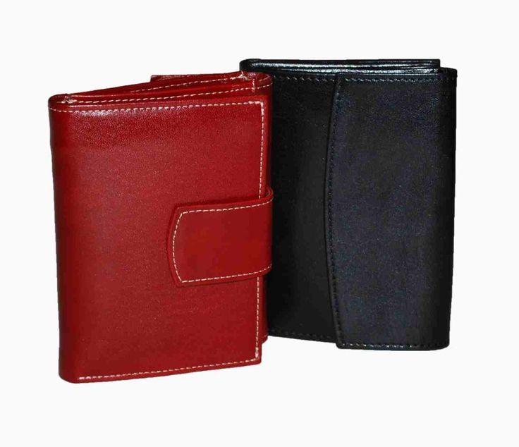 Praktická kožená peňaženka vyrobená z prírodnej kože. Kvalitné spracovanie a talianska koža. Ideálna veľkosť do vrecka a značková kvalita pre náročných. Overená kvallita pravej kože.  2 x oddelenie na bankovky 2 x vrecko na mince 3 x oddelenie na doklady 6 x vrecko na platobné karty 3 x ploché vrecko  http://www.odora.eu/produkt/kozena-penazenka-c-8287/