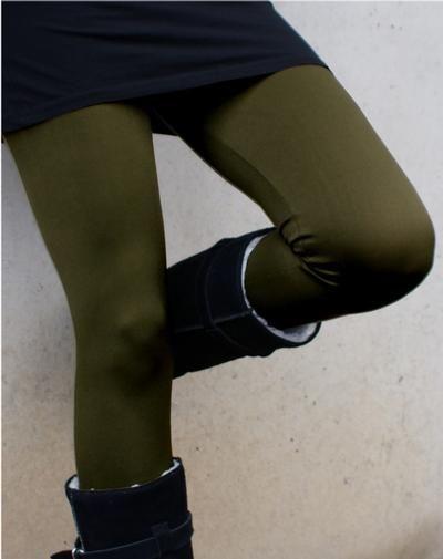 Een groene of kobaltblauwe legging was nog niet zo lang geleden 'not done', maar gelukkig zijn deze mooie en aparte kleuren weer helemaal terug op de catwalk én in het straatbeeld! Voor deze 200 denier dikke Fiona legging maakt het echter niet uit wat in de mode is, want met haar prachtige, diepe kleuren blijft de Fiona een beauty om te zien en ook om te voelen, dankzij de gladde, zachte stretchstof en de extra brede, comfortabele tailleband.