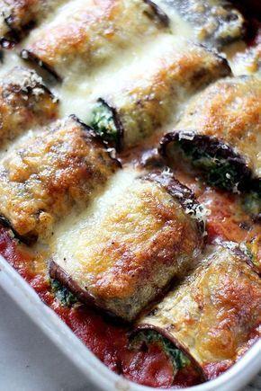 Deze auberginerolletjes zijn een perfect vega hapje voor tijdens een etentje of buffet. Lekker met wat knapperig brood of een groene salade.