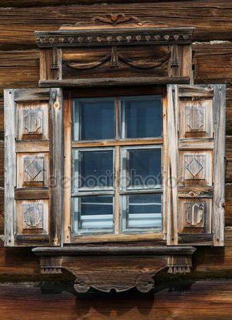Letöltés - Az orosz Észak-régi házak fa ablakok. Gyönyörű kereteket. Fafaragó. Hagyományos ház építése fából — Stock Kép #76907981