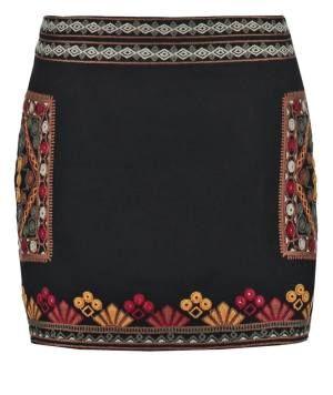 Cortefiel Minifalda Black Representan La Belleza Femenina Las faldas de mujer representan la belleza femenina en todo su esplendor. No hay duda de que esta prenda tiene historia y de que ha seguido un proceso evolutivo parsimonioso hasta llegar a nuestros días.