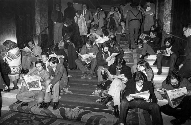 Periodistas leyendo en la escalera del hotel Palace la madrugada del 23 al 24 de febrero de 1981. Foto de Ricardo Martín. http://www.veniracuento.com/