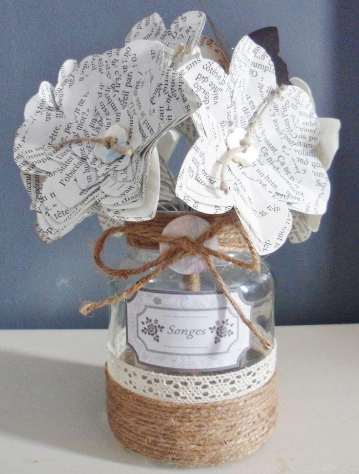 Joli bouquet composé de fleurs découpées dans les pages d'un livre. Le coeur de la fleur est un bouton en nacre naturelle de forme fleur et de ficelle de lin nouée. Les tiges - 13680293