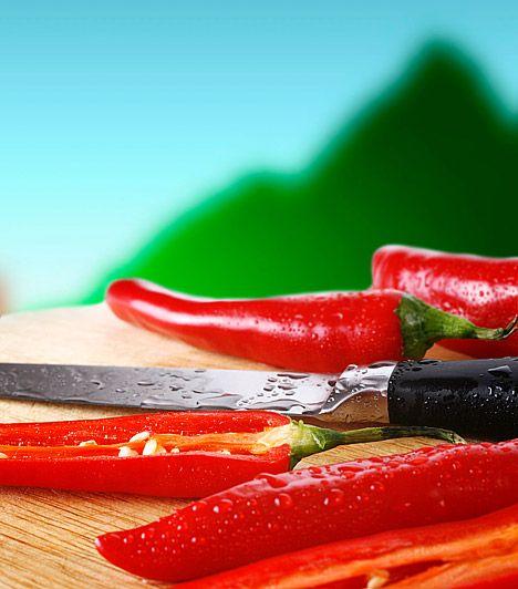 Íme, a legerősebb konyhai zsírégetők | femina.hu Chili A csípős fűszernövény pikáns aromájának köszönheti zsírégető hatását is, hiszen fő hatóanyaga, a kapszaicin megakadályozza, hogy zsírsejtjeid mérete tovább növekedjen. A chili véred zsírtartalmát is csökkenti, élénkíti az anyagcserét, és a lerakódott salakanyagoktól is megszabadít. Kapcsolódó cikk: A 4 legolcsóbb zsírégető »