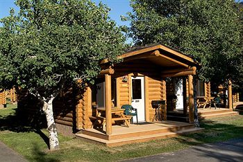 Jackson would be a lot more fun if tourists experience Cowboy Village Resort. This property is within walking distance from the historic town square, and the Snow King Ski Area is no more than a mile away. Rooms from $71.00 per night!