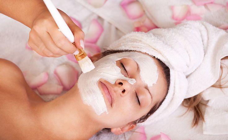Gommage visage au yaourt. INGRÉDIENTS : 50g de yaourt nature à base de lait de vache, de chèvre ou de brebis. 2 càs de sucre en poudre, 1 càc de miel liquide. APPLICATION : mélangez les ingrédients à l'aide d'une fourchette. Appliquez en massage circulaire sur le visage et le cou en insistant sur la zone T. Les peaux grasses peuvent ajouter un filet de jus de citron (redoutable contre les points noirs). On masse longuement le visage jusqu'à ce que le sucre fonde. On rince ensuite à l'eau…