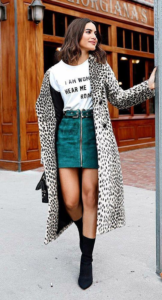 O casaco que todas as fashion girls estão usando. T-shirt branca de slogan, minissaia com ziper, sock boot preta, faux fur coat