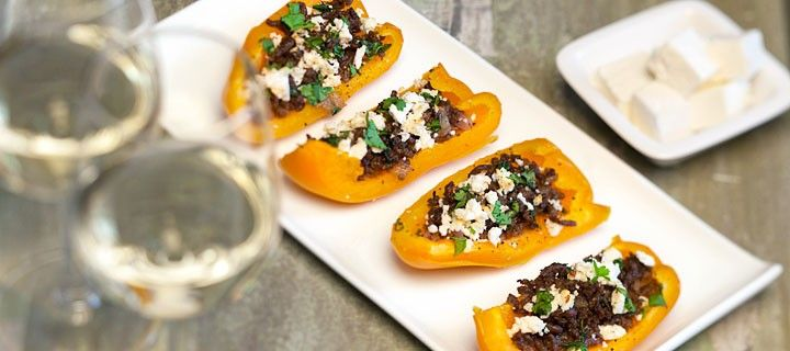 Lekkere en snelle snack van oranje paprika gevuld met gehakt, feta en koriander