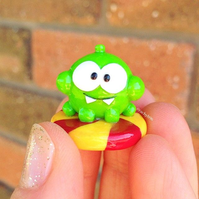 Hi everyone! 💕 Here is a little Om Nom figurine! 🍬🍭 He is the little character on the game/app called Cut the Rope! I actually haven't played the game in ages, but I remember I used to think he was super adorable, so I decided to finally make him 🙊😋 He's sitting on one of the lollies (or candies) that you have to collect in each level of the game and I also gave him some very chubby cheeks to make it look like he's eating one! He has such an innocent little face lol 😂😄🍬🍭 Hope you…