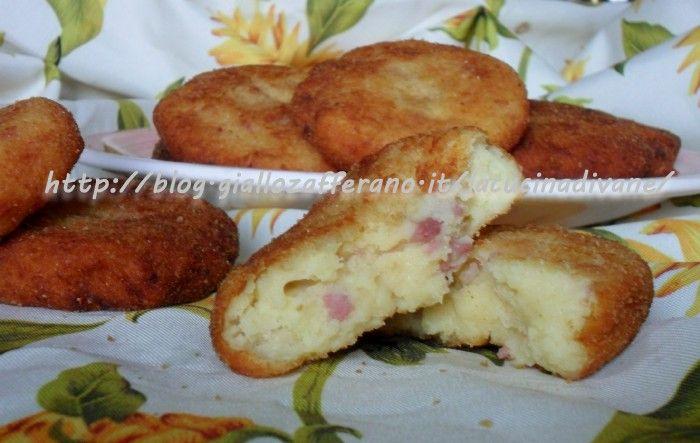 le schiacciatine di patate salsiccia e pecorino sono facili da fare. Il loro ricco ripieno le rende molto appetitose. ricetta e procedimento