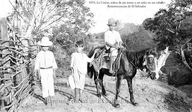 1933, La Union, boys standing next to a boy on a horse (La Unión, niños de pie junto a un niño en un caballo)