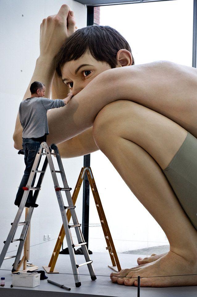 """Den australske kunstner Ron Mueck er taget til Århus for at restaurere sin skulptur """"Boy"""" på kunstmuseet ARoS"""