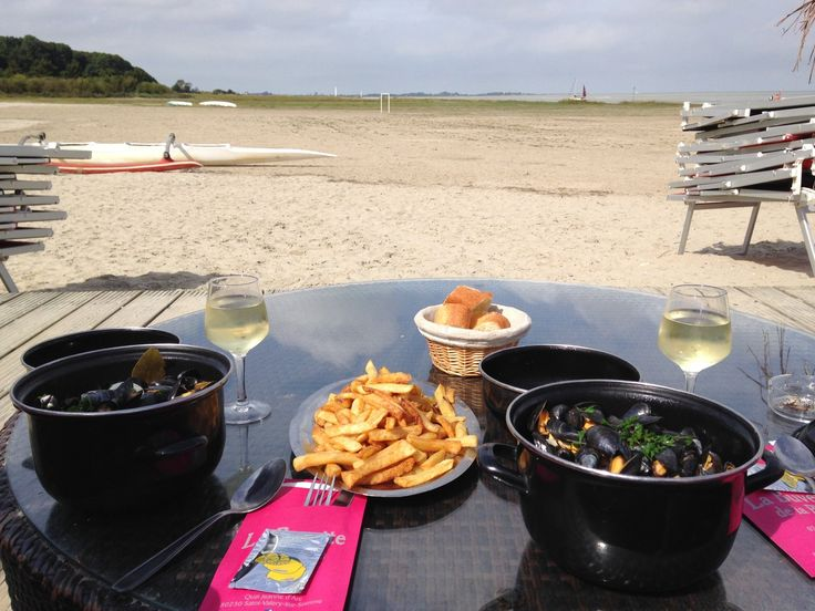 La Buvette de la Plage, Saint-Valery-sur-Somme  Endroit sympathique pour boire un verre et manger un morceau avec une chouette vue sur la plage. Idéal pour le coucher de soleil.