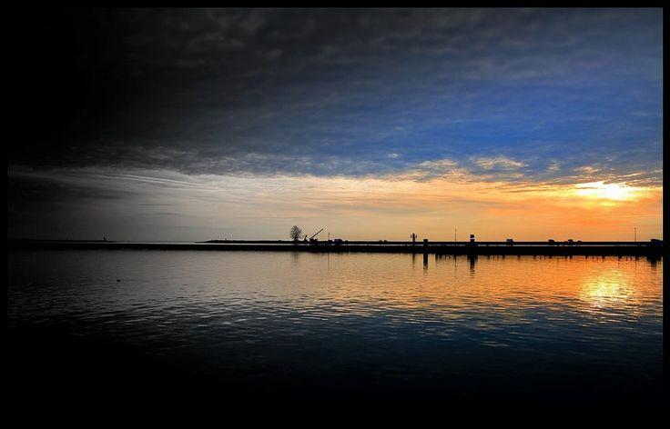 https://flic.kr/p/RJ5iF2 | Exposure. | Exposure is het zesde grootschalige landschapskunstwerk van de provincie Flevoland. Het beeld van bijna 26 meter hoog en 1.800 staven metaal, staat op de strekdam aan de kust van Lelystad en is ontworpen door de befaamde Britse kunstenaar Antony Gormley. 17 september 2010 is Exposure officieel onthuld.  ©Richard van Egmond Visit and follow www.dynaries.nl