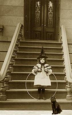 Kleine ,,heks, met haar hoepel, en haar zwarte kat,...........lb