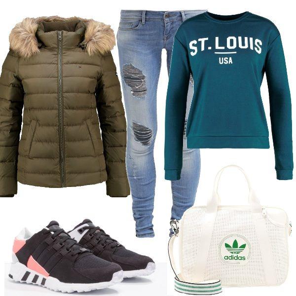 Questo è un look molto comodo per il tempo libero. Felpa color petrolio, jeans skinny fit a vita bassa, sneakers e tracolla Adidas, piumino verde oliva con cappuccio e pelliccia sintetica.