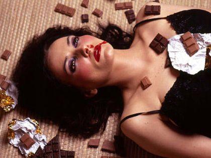 Hogyan ölhetsz csokis keksszel? Az udvariasság összecsap az őszinteséggel. Az állás: a jómodor mintha alulmaradna, és győzedelmeskedne az öntudat.