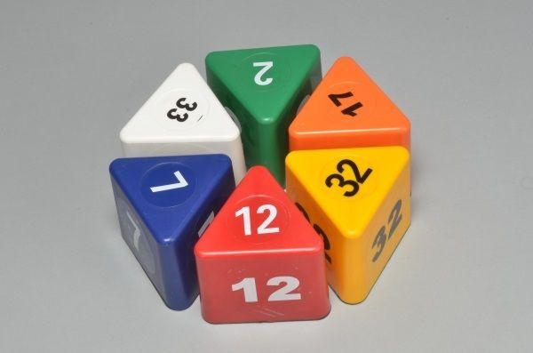 """"""" Visor Block Triangolare Numerati """"  I blocchi magnetici colorate sono di forma triangolare e dotato di potenti magneti all'interno . basi in gomma per garantire l'adesione al tetto del veicolo. Questi blocchi magnetici sono disponibili con numeri . Sono ideali per individuare il veicoli in officina, a seconda della zona o dello Stato in cui il lavoro è completo. Per una corretta gestione e riconoscimento del parco auto, il sistema organizzativo interno di ogni officina ..."""
