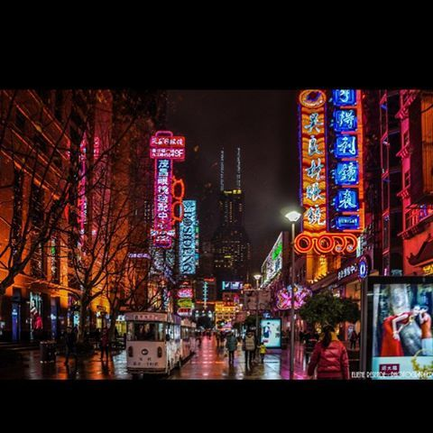Colorful Shangai! Shoot of the day!#amigersbr #missãoVT #arteemfoco #arte_of_nature #pix_mania #clubepixel #loves_city #loves_world #panelagram #chiquesnourtemo #ig_asia #ig_worldclub #ig_asia_ #worldunion #wow_asia #wu_asia #loves_asia #bns_asian #wu_china #loves_indochina #mychinagram #china #instachina #natgeo #natgeotravel #viajandopeloMD #lonelyplanet #insta_shanghai #shanghai #igshanghai