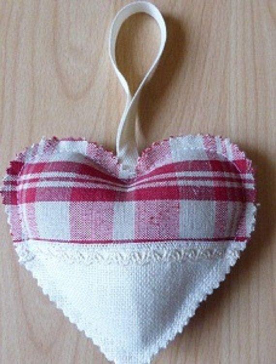 Coeur en tissu réalisé main en kelsch rouge par AlsaceGourmets                                                                                                                                                     Plus