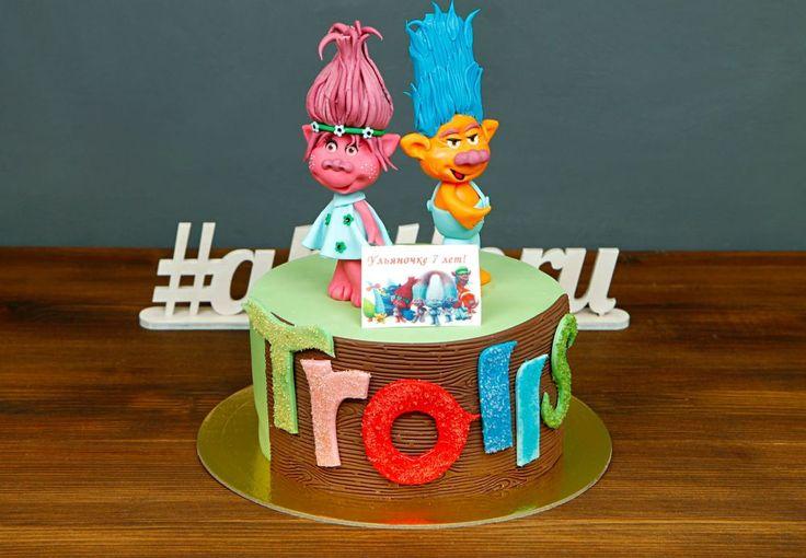 """Детский торт """"Тролли""""  Удивительный мультфильм с яркими персонажами Троллями полюбился многим детишкам! И наша Команда рада представить Вашему вниманию потрясающий тортик с фигурками любимых героев, которые спешат поздравить маленьких именинников в день рождения😄  Изготовление тортика как на фото возможно от 2-х кг всего за 2150₽/кг. Стоимость изготовления первой #фигуркиизмастики всего 200₽. Стоимость второй #фигуркинаторт - 1200₽.  Специалисты @abello.ru всегда рады помочь с выбором…"""
