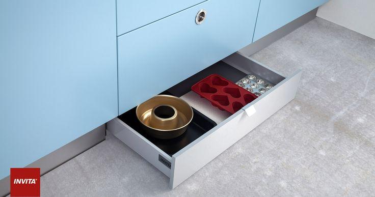 Udnyt pladsen optimalt med skuffer i soklen. I det lille køkken, hvor der ikke er skabsplads nok, kan sokkelskuffer være en genial løsning på pladsproblemet.