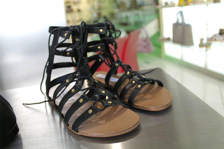 Tra i must have della calda stagione troviamo i sandali alla schiava per un look glam e di tendenza  Ti piacciono?  ➡ www.RICCISHOP.it #stevemadden #scarpe #decollete #shoes #scarpedonna #moda #scarpenuove #stevemaddens #accessori #outfit #tacco #shopping #borchiate #shoppingtime #tacchi #blue #stile #nuovacollezione #comode #adoro #donna #black #milano #belle #blu #belle #totalblack #chebella #schiava #molise
