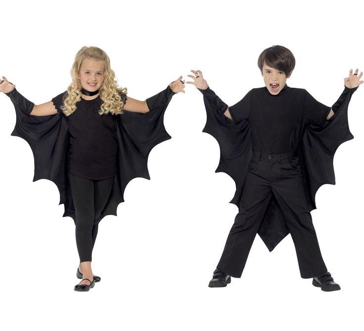 Capa o alas de murciélago o vampiro negras. Solo incluye capa. Perfecto para Halloween tanto para niñas como para niños. Completa este disfraz con artículos de nuestra sección de accesorios como maquillaje, peluca, mono o maillot, bolsa o cesta recoge caramelos, máscara o antifaz...