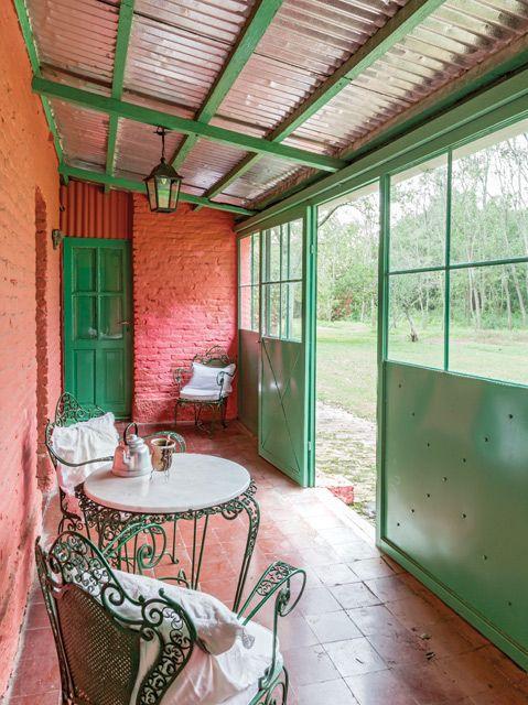 Galería de casa de campo en Chascomús con tonos rojizos y verdes. Foto: Javier Csecs
