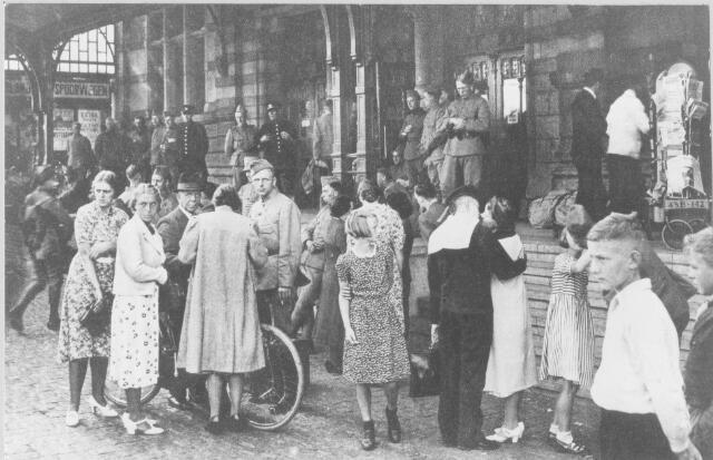 1939: Groningen, Stationsplein : militairen nemen afscheid voor Hoofdstation ivm mobilisatie