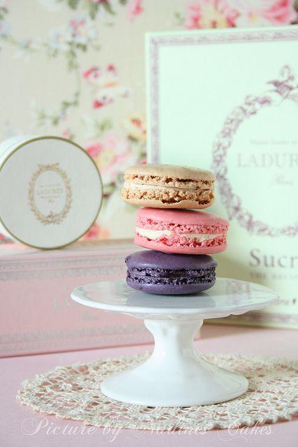 L'incontournable macaron Ladurée. Laduree macarons and cookbook