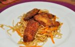 Kyllingen er marineret i soya og honning og derefter vendt i rasp tilsat en smule kokosmel & chilipuvler. Nudlerne er stegt med grøntsager & æg. Man kan bruge alle slags grøntsager, me jeg …