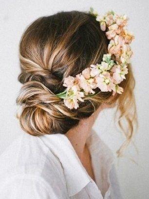 Прическа невесты в стиле рустик, украшенная цветами