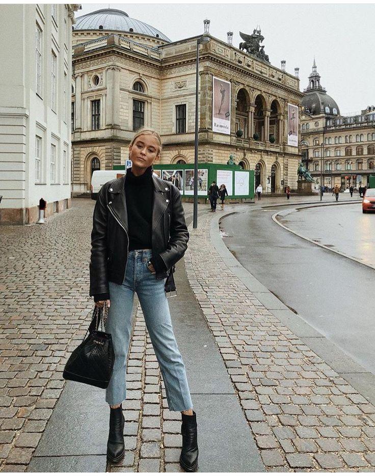 Schwarzer Rollkragenpullover, schwarze Lederjacke, Jeans, schwarze Stiefeletten,…