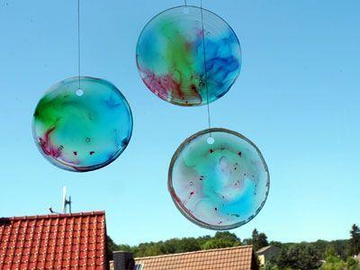 Sonnenfänger aus Bastelkleber und Lebensmittelfarbe