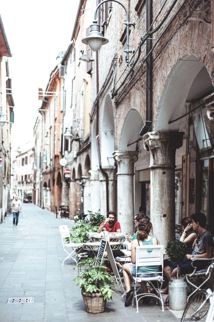 Ferrara - E' una città silenziosa, a misura d'uomo, da percorrere a piedi o in bicicletta, rivivendo le magiche atmosfere del passato.