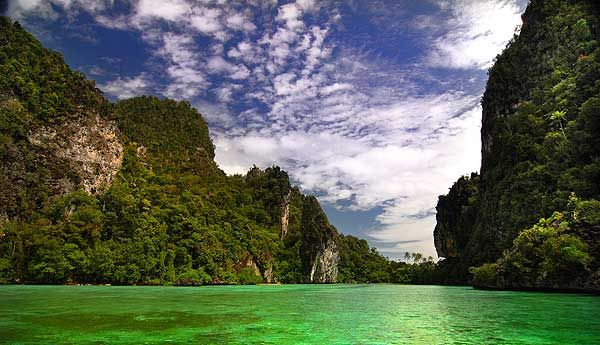 Danau Paniai berada di Kabupaten Paniai, Papua. Danau Paniai yang memiliki luas 14.500 hektare ini terletak di wilayah pegunungan yang sejuk, sekitar 1.700 mdpl. Danau Paniai ini juga dikelilingi oleh tebing-tebing yang tinggi yang menambah keindahan pemandangan di sekitar Danau Paniai ini. Di sekitar danau ini juga bermukim Suku Mee dan Suku Moni yang merupakan suku asli Papua. http://kemanaajaboleeh.com/2015/01/destinasi-danau-terbaik-di-indonesia-yang-lebih-keren-dari-luar-negeri/