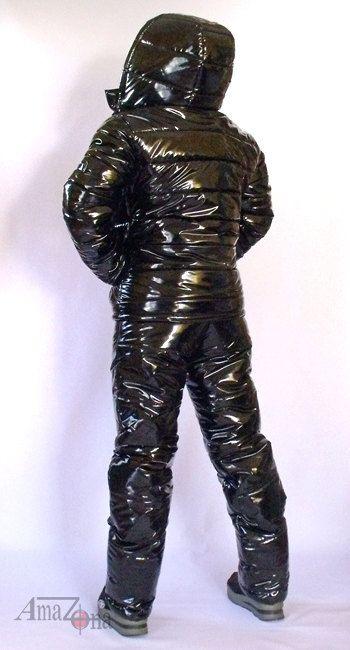 Vinyle brillant noir vers le bas de maillot pour les femmes. Le costume comprend une veste et un pantalon. La veste chaude et légère avec capuche amovible zip avec cordon de serrage, quilting extra épais, doublure en satin à lintérieur, fermeture-éclair avant pleine longueur, col haut,