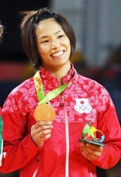 リオデジャネイロ五輪柔道女子キロ級銅メダルの松本薫選手が結婚を発表 お相手は料理人の一般男性だそうです 東京オリンピックでは妻でも金を目指して欲しいですね