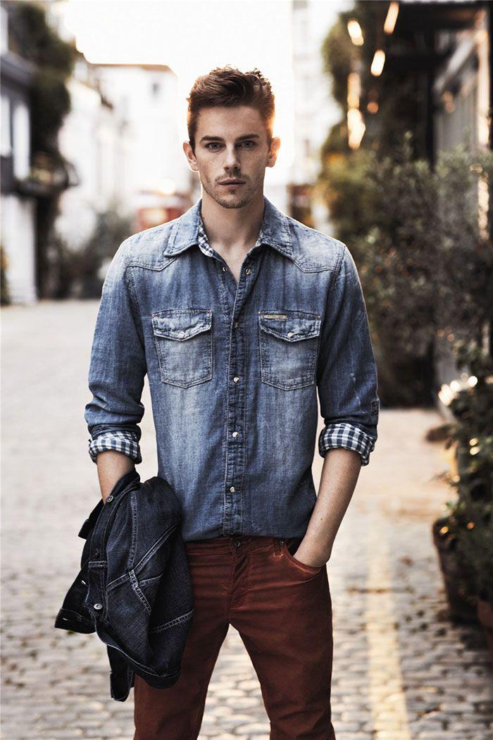 Calça vinho com camisa jeans masculina de lavagem mais escura