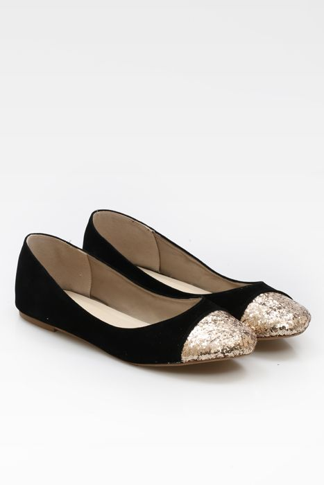 Be the center of the attention with these stunning Queena flat shoes by Sepatuku Baru. It features with contrasted glittery gold on front.   http://www.zocko.com/z/JIUnS