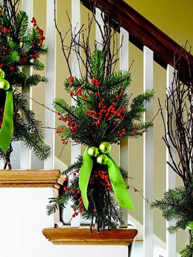 Composition florale pour décoration Noël dans escalier