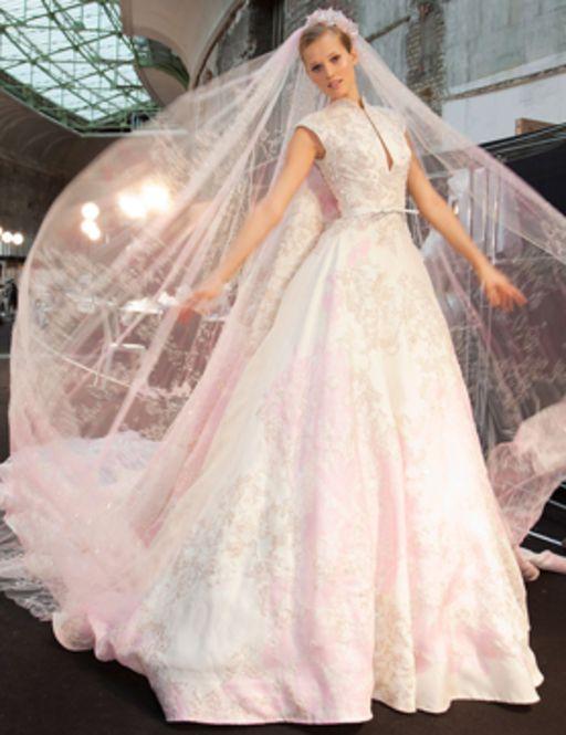 贅沢に刺繍レースが広がるゴージャスなウェディングドレス。白いレースの花嫁衣装・ウェディングドレスのまとめ一覧です♡
