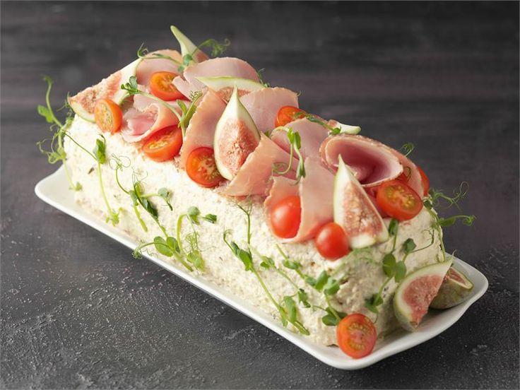 Voileipäkakku on monelle juhlapöydän ehdoton kruunu. Tässä klassinen kinkkuversio, jossa pohjana on käytetty itse leivottua vuokaleipää.