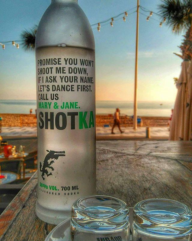 合法ですよ。ヨーロッパで話題のウォッカはマリファナフレーバー 2015年の夏スペインで発売され、大きな反響を呼んだ蒸留酒Shotka(ショットゥカ)は、リトアニア生まれのウォッカ。特殊なのはそのフレーバーで、なんと「マリファナ」風味なのです。もちろん、麻薬作用は含んでおらず、合法な飲み物です。