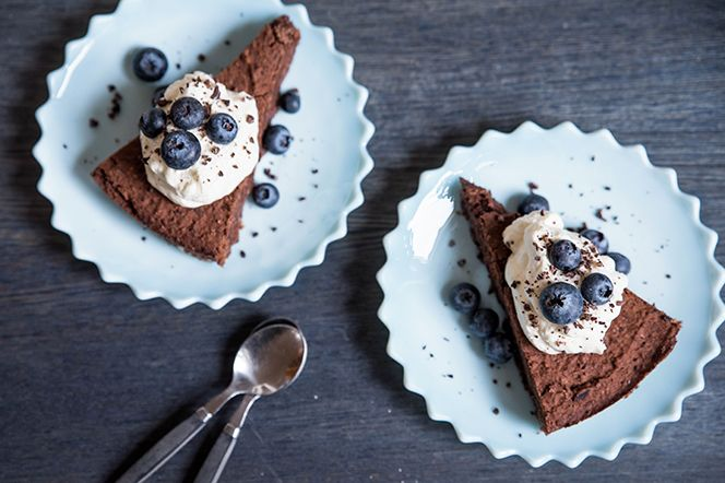 Härligt chokladig kladdkaka med bönor som bas istället för mjöl. Receptet är test-bakat både med svarta bönor och kidneybönor med samma goda resultat.