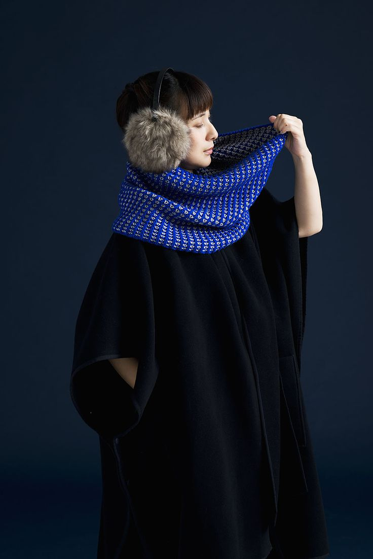 TENCHI by Olga Buraya-Kefelian | Amirisu Issue 9. A clever snood design using an application of brioche rib stitch. A simple stitch pattern in two contrasting colors creates a beautiful fabric, which makes the snood reversible.