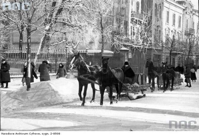 Zaprzęgi z saniami na ulicy. 1940 r.  Kamienice pod numerem 39 i 41 – przez czas jaki upłynął od zimy sfotografowanej przez Bruno Wiśniewskiego - się nie zmieniły.