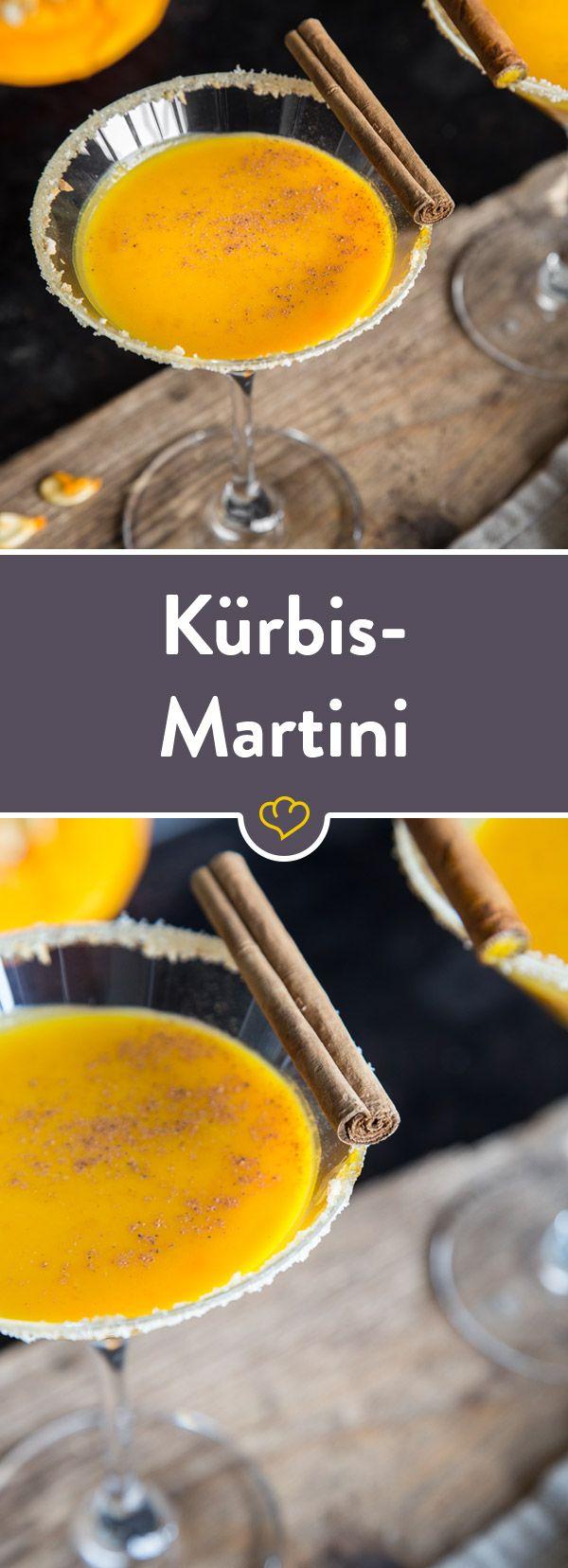 Zu diesem Kürbis-Martini kommt noch Rum, Sahne und Milch, auf den Rand Zucker, Keks und Zimt und oben drauf eine Zimtstange und geriebene Muskatnuss.